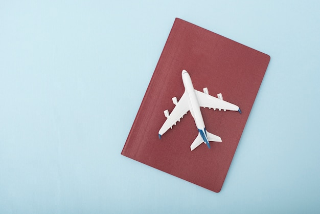 Avion sur la couverture du passeport rouge.