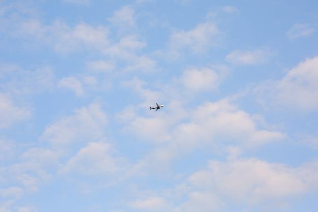 Avion dans le ciel avec des nuages