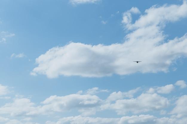 Avion dans le ciel par une journée ensoleillée.