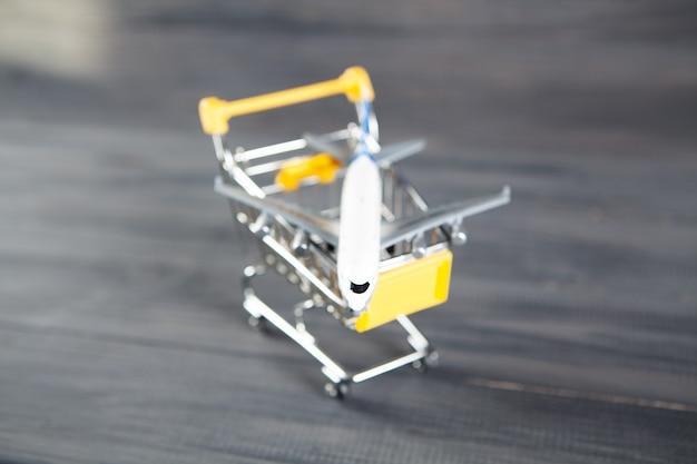 L'avion dans la nacelle. concept d'achat de billets d'avion sur bois gris