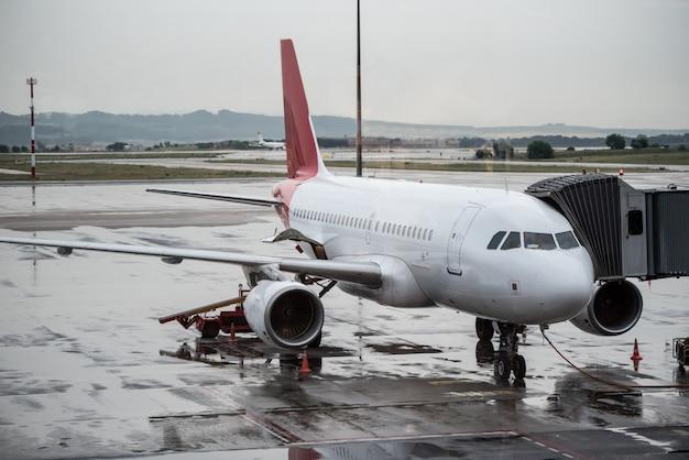 Avion dans un terminal d'aéroport