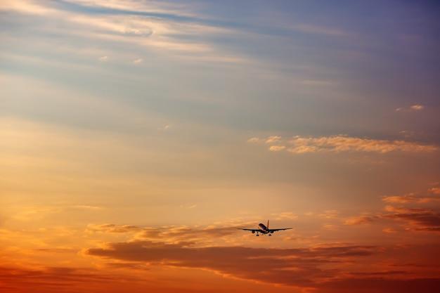 Avion décollant au coucher du soleil silhouette d'avion dans le ciel