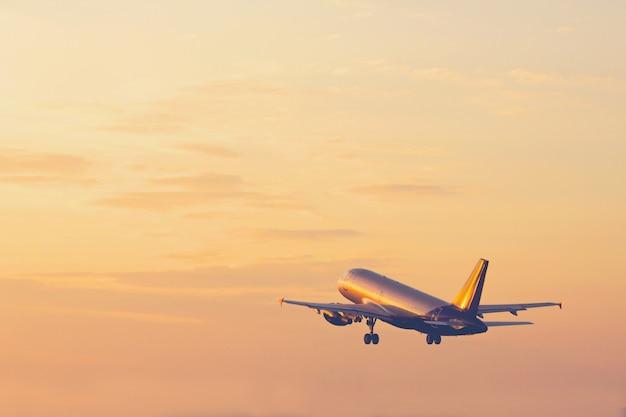 Avion décollant et s'élevant haut dans le concept de vacances ciel coucher de soleil