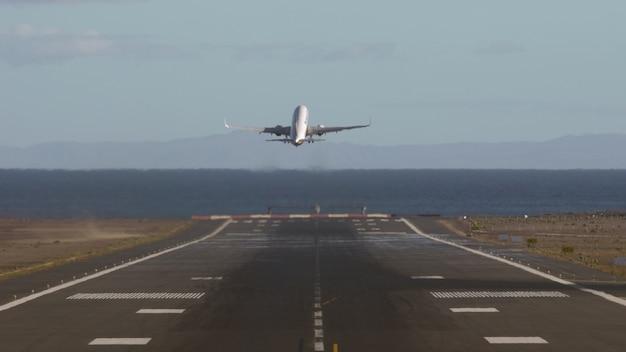Avion décollant et survolant la mer