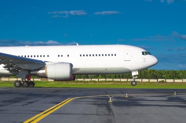 L'avion décolle de l'aéroport à l'aéroport, le type de piste, les lumières