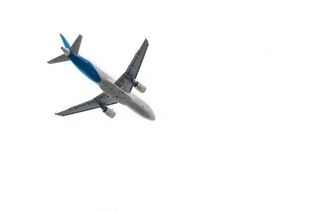 Avion décolle de l'aéroport international isolé sur blanc