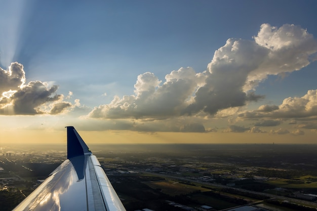 L'avion décolle pendant un coucher de soleil coloré