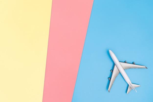 Avion sur l'espace de copie jaune rose bleu pour affiche et texte