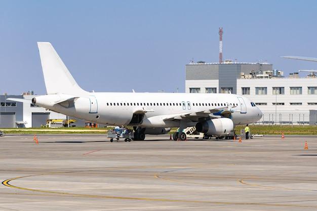L'avion est garé près de la porte du terminal de l'aéroport