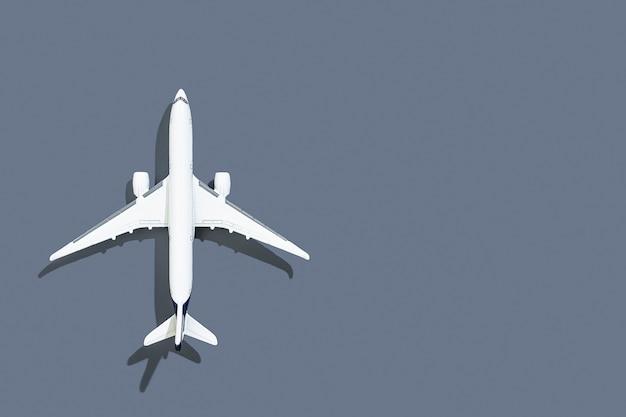 Avion sur fond gris voyage et vols