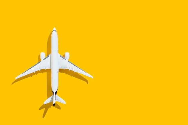 Avion sur fond jaune voyage et vols