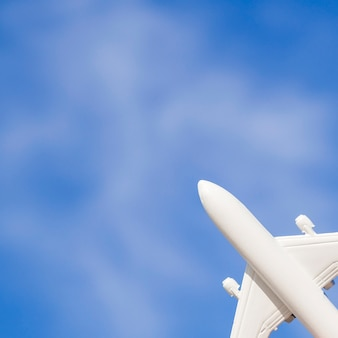 Avion Jouet Blanc Dans Le Ciel Photo gratuit