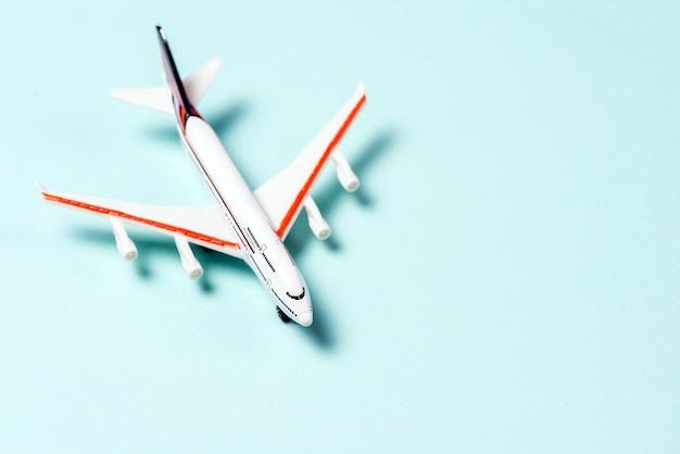 Un avion de jouet blanc sur fond bleu clair. vue de dessus