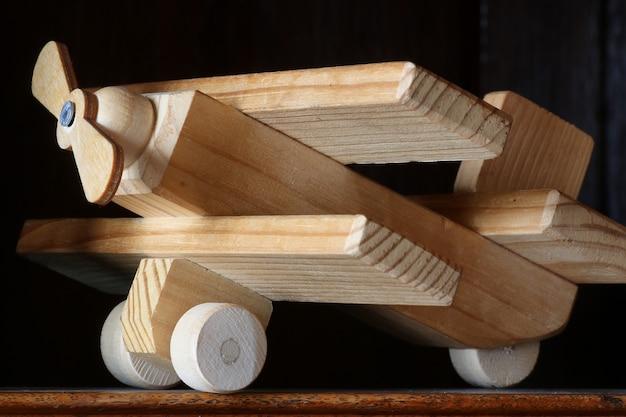 Avion jouet en bois sur la table