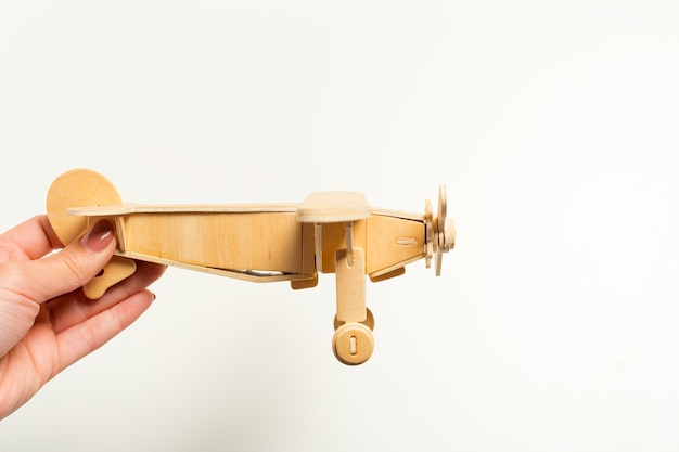 Avion jouet dans la main