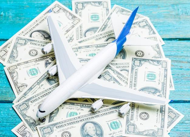 Avion jouet, dollars