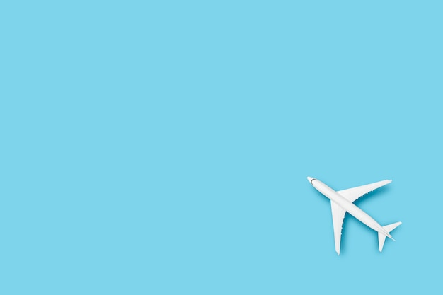 Avion jouet sur fond bleu. voyage concept, billets d'avion, vol.