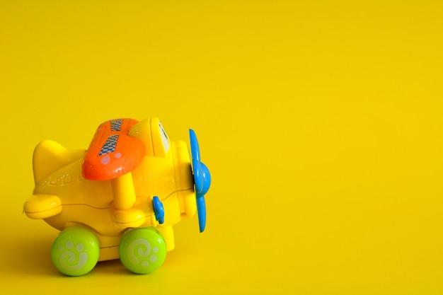 Avion jouet sur jaune