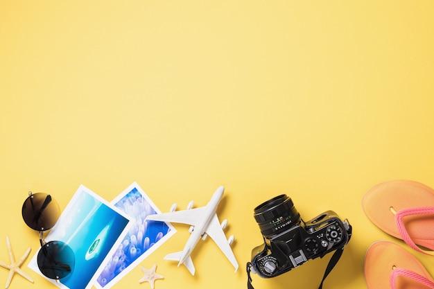 Avion jouet lunettes photos et appareil photo sur une surface jaune