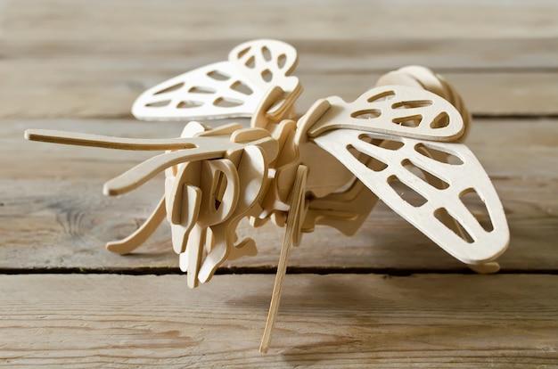 L'avion jouet à partir de pièces en bois. designer pédagogique pour enfants