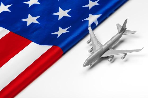 Avion jouet en plastique et drapeau des etats-unis.