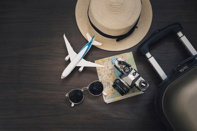 Avion jouet près de fournitures de voyage