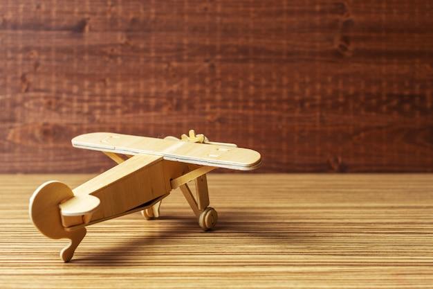 Avion jouet sur la table