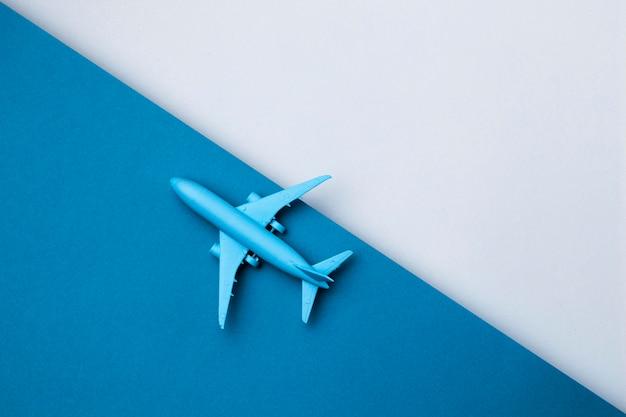 Avion de la journée mondiale du tourisme avec copie espace