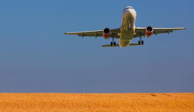 Avion de ligne blanc volant