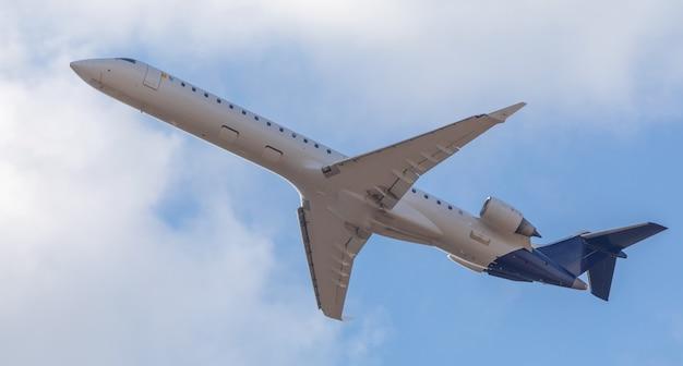 Un avion de ligne commercial vole dans le ciel. vue de dessous.