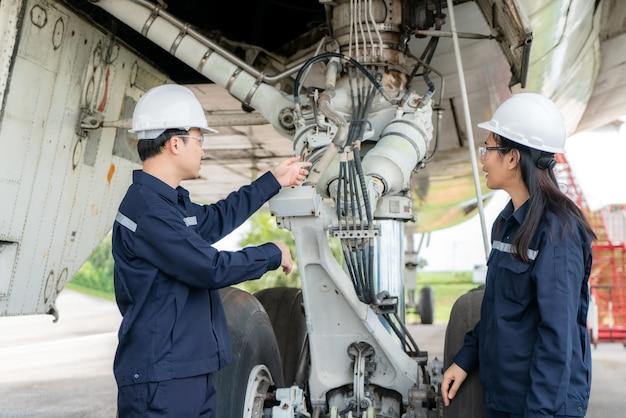 Avion de maintenance ingénieur homme et femme