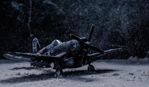 Avion militaire de la seconde guerre mondiale avec de fortes chutes de neige