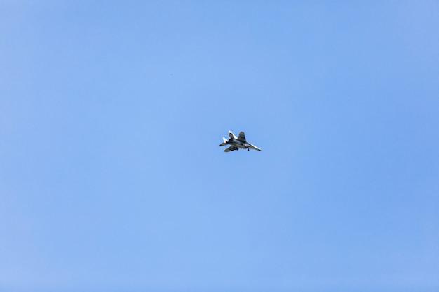 Avion militaire volant.