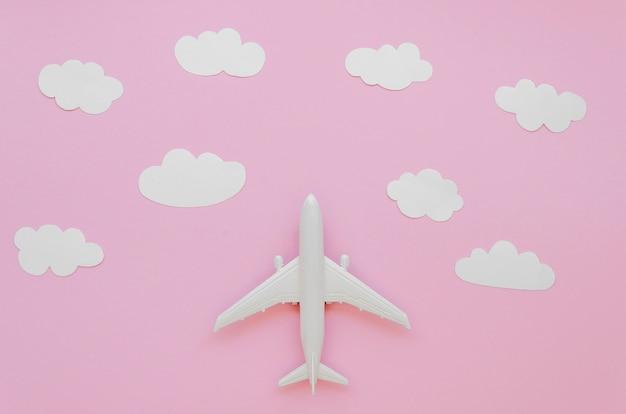 Avion avec des nuages sur le dessus