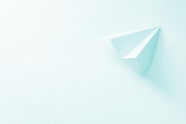 Avion en papier bleu pâle.
