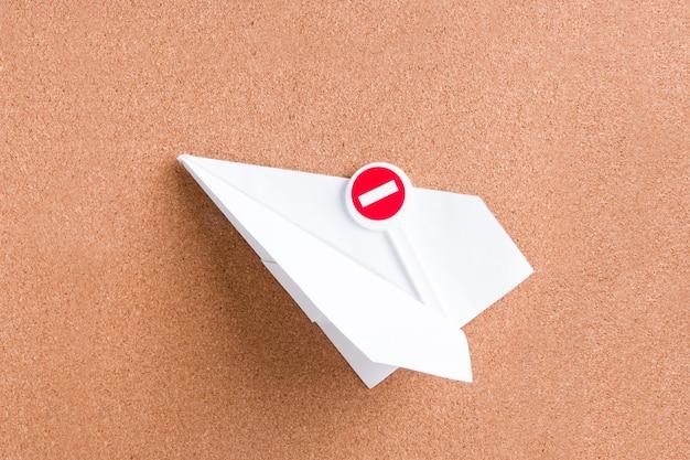 Avion en papier et panneau d'arrêt