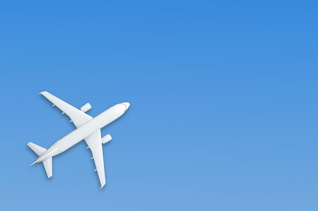 Avion en papier pastel bleu sur bleu