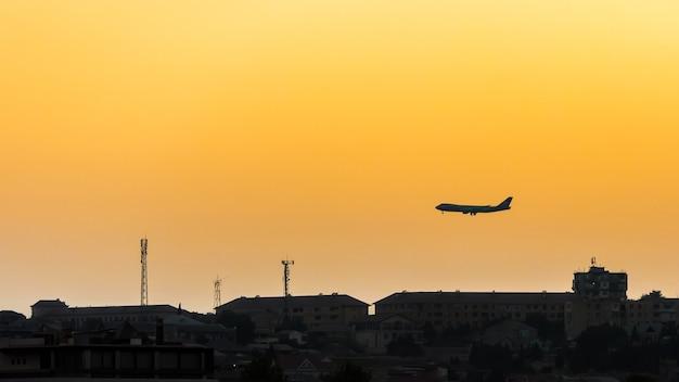 Avion de passagers au-dessus de la ville