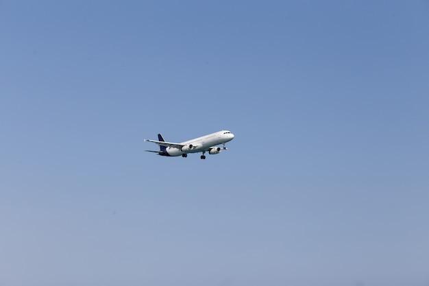 Avion de passagers blanc volant dans le ciel