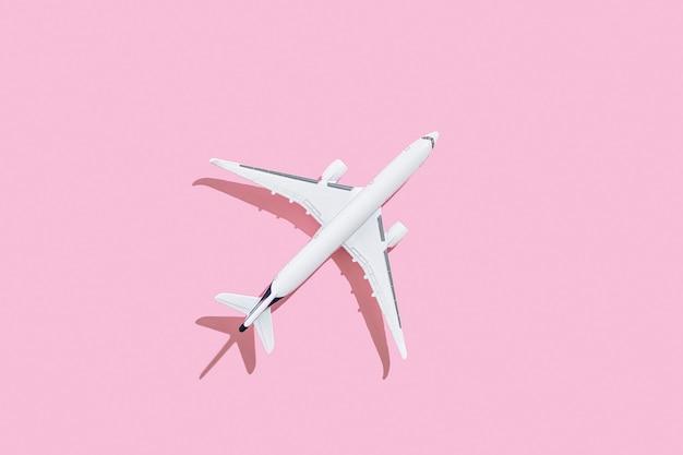 Avion de passagers sur un concept de voyage et de vols de fond rose