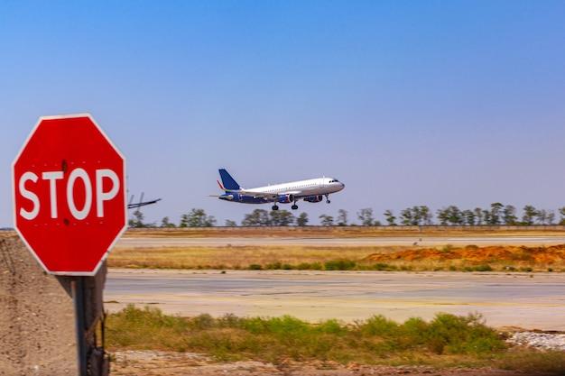 Avion de passagers décollant de la piste de l'aéroport par beau temps