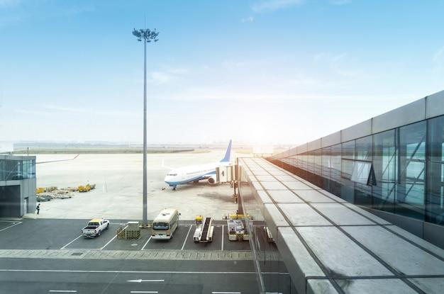 Un avion de passagers desservi par des services au sol avant le prochain décollage