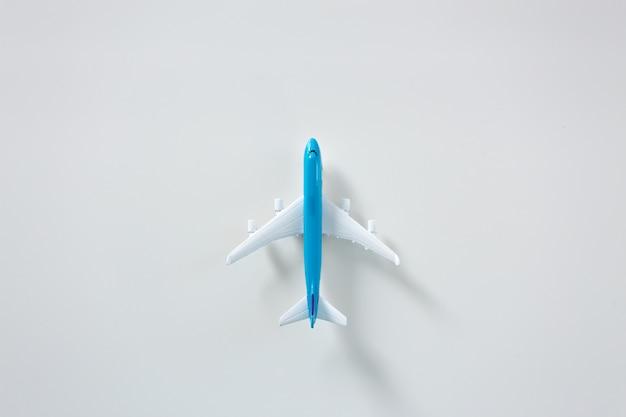 Avion de passagers isolé sur fond blanc
