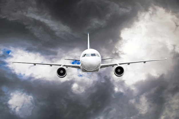 L'avion de passagers survole la zone de turbulence à travers la foudre des nuages d'orage par mauvais temps.