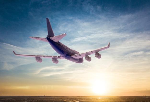 Un avion de passagers vole dans le ciel, voyage de destination de voyage