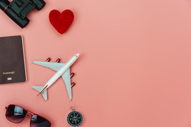 Avion et passeport avec de nombreux articles en période de vacances.