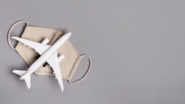Avion plat sur masque avec copie-espace