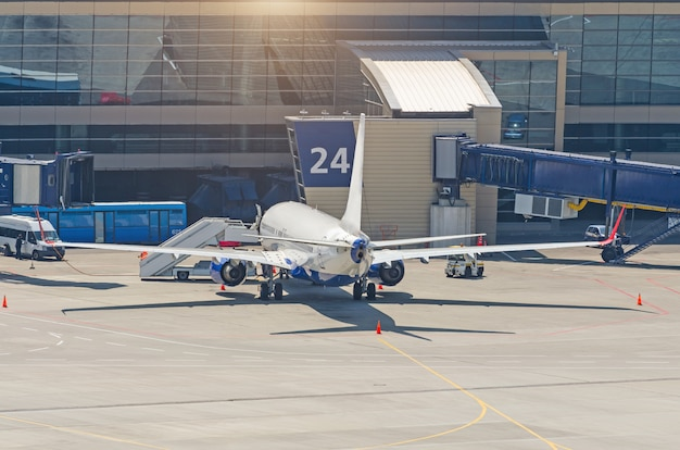 Avion à la porte du terminal prêt pour le décollage