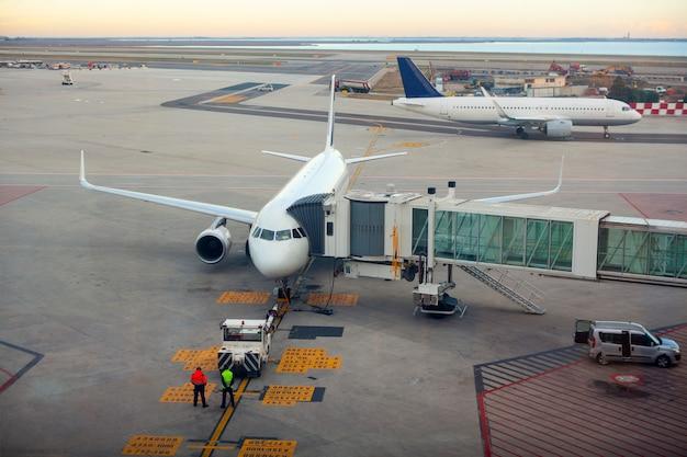 Avion à la porte du terminal