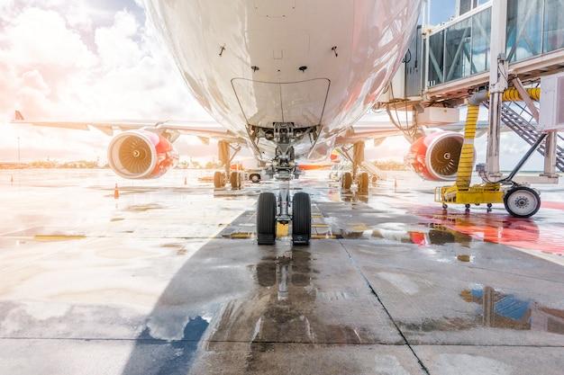 Avion en préparation prêt à décoller à l'aéroport international